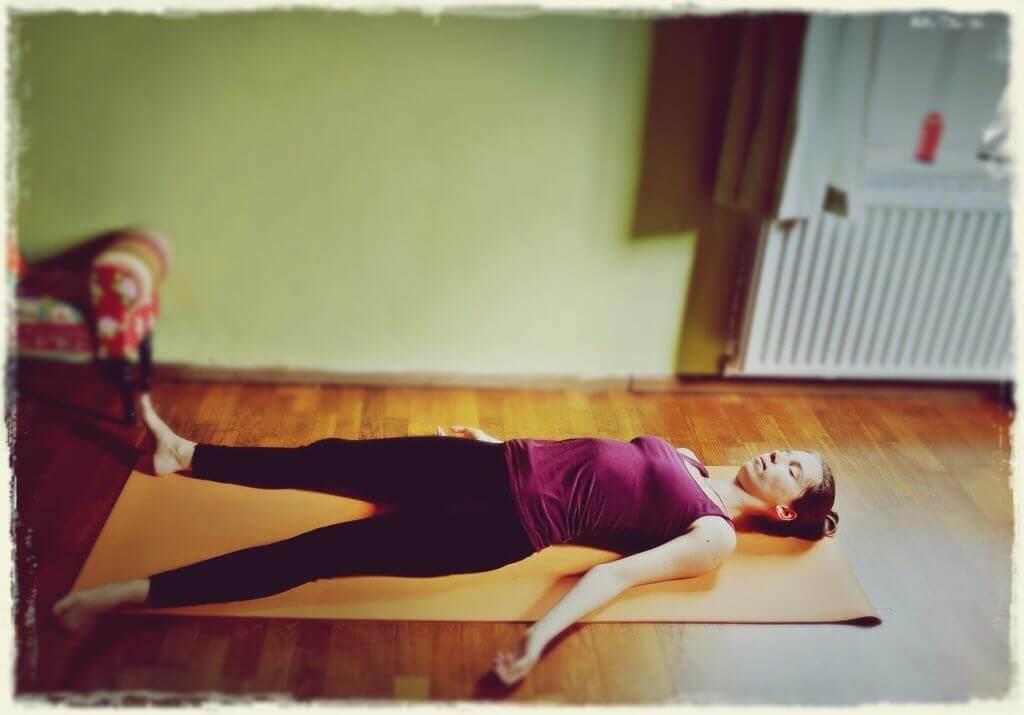 5 ejercicios de yoga relajante para una buena noche de sueño-Savasana-Corpse-Pose