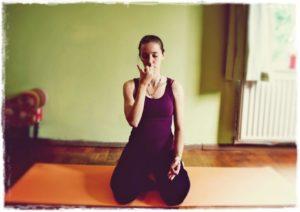 5 ejercicios de yoga relajante para una buena noche de sueño-Anuloma-Viloma-Alt-ernate-Nostril-Breathing