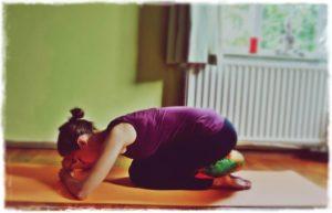 5 ejercicios de yoga relajante para una buena noche de sueño-Shashankasana-Child-Pose